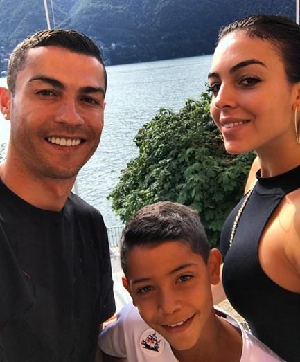 68c00ceb486 Cristiano Ronaldo troca mãe por milionário árabe em Réveillon de ...