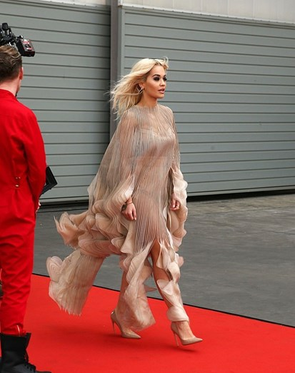 Rita Ora revela mais do que é suposto na red carpet