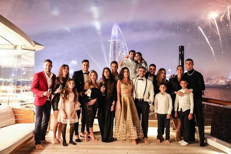 b92ef95f8b3 Cristiano Ronaldo troca mãe por milionário árabe em Réveillon de luxo com  os amigos